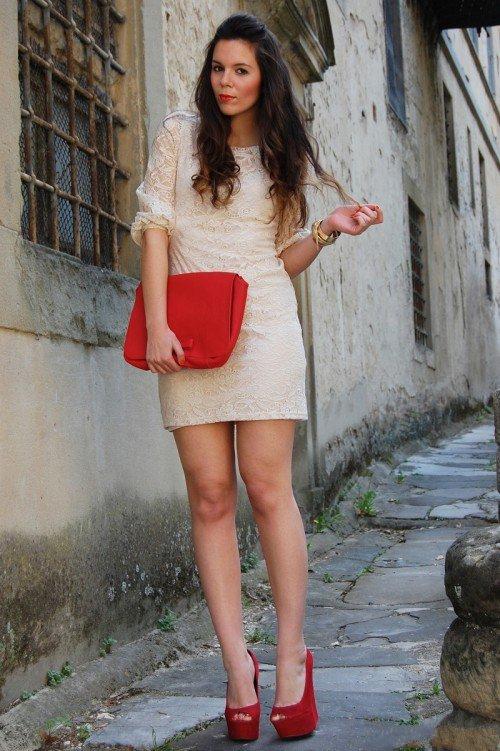 Розовое платье с красными туфлями фото